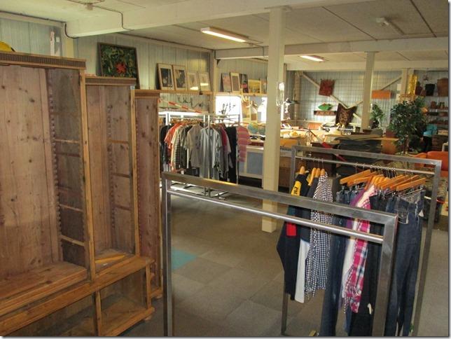 Nieuwe kledingafdeling Stichting Kringloop Alphen in opbouw