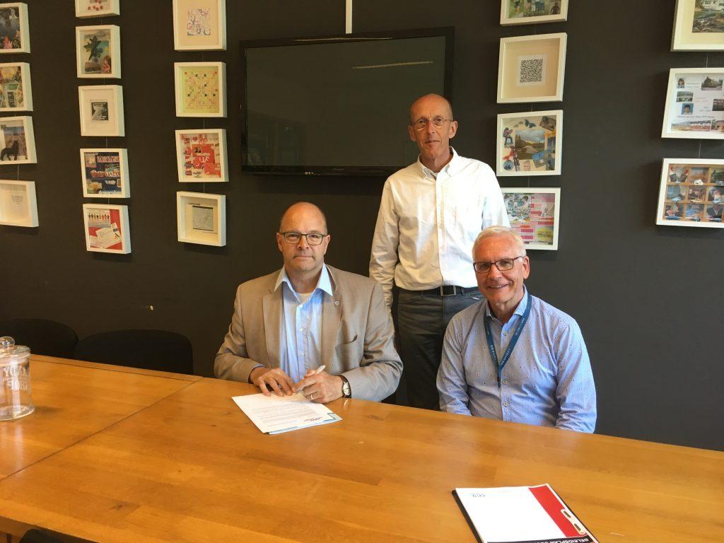 Bert van Leeuwen, Gerjan Pruim en Johan Vodegel bij het ondertekenen van de Beroepscode Sociale Veiligheid